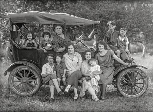 1920s-family-with-car